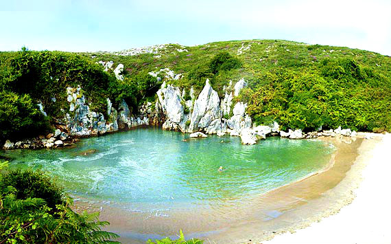 ✔ En Llanes Existen Dos Fenómenos Naturales Extraordinarios, Dos Playas Interiores En Las Que No Se Ve  La Inmensidad Del Mar…  ¿TÚ CUAL PREFIERES?