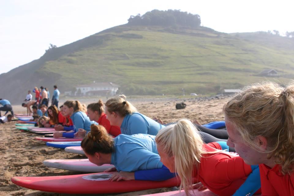 ESCUELA DE SURF EN LLANES… playa de San Antolín – Naves / Clase de Surf desde 18,50€ – GUÍA TURISMO ASTURIAS
